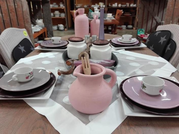 Mooi gedekte tafel met tweedehands servies