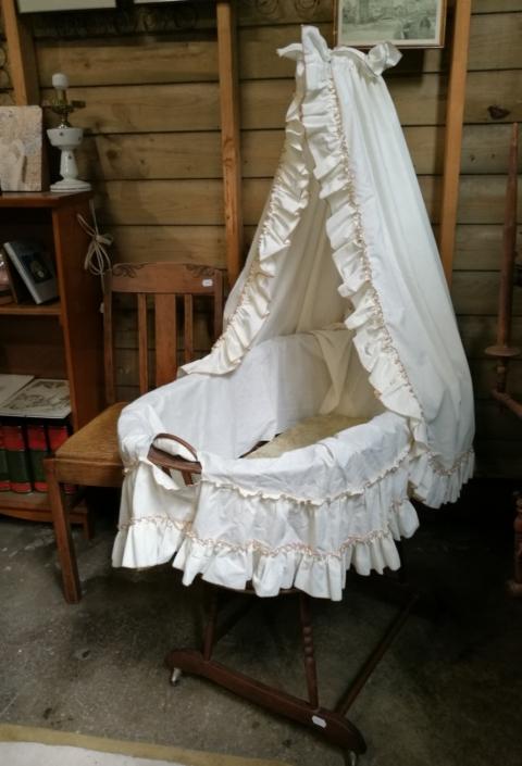 Vintage wieg baby en kind kringloopwinkel Lemmer