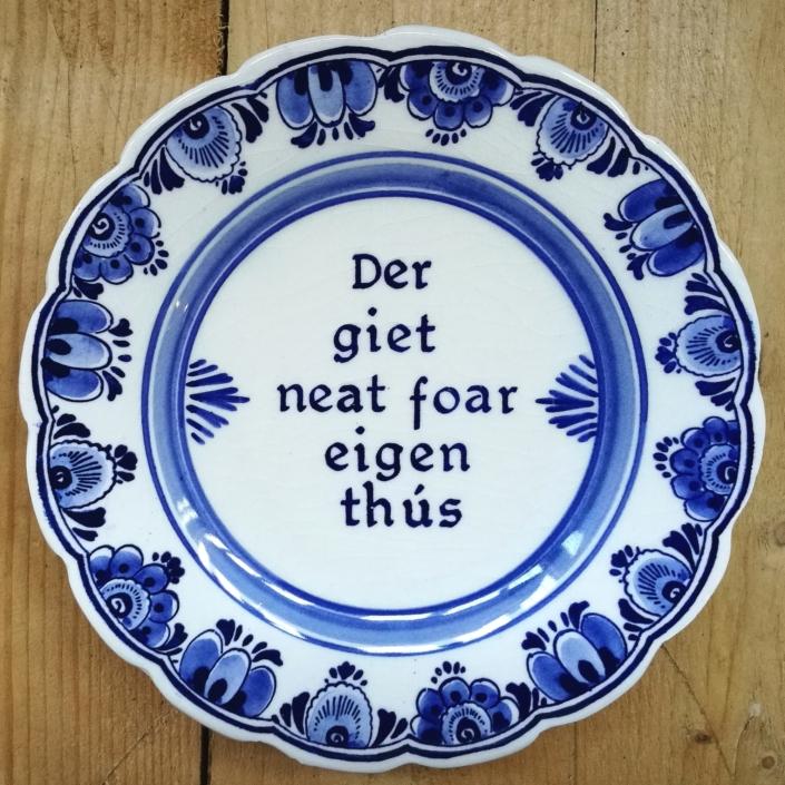 Antiek en brocante Delfts blauw bord met Friese tekst
